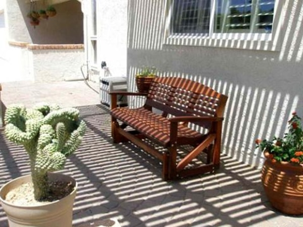phơi đồ gỗ dưới ánh nắng nhẹ